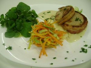 Medalhão de porco ao molho de mostarda, julienne de legumes e saladinha de agrião