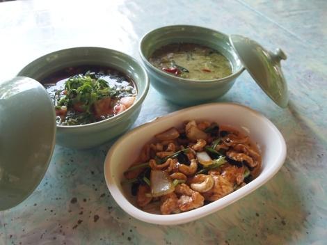 Sopa Tom Yum Goong (esq.), Frango agridoce salteado com castanha de caju (centro), Curry verde com frango ou Kaeng Khiao Wan (dir.)